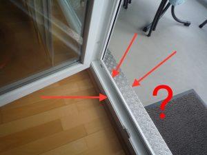 Eine mindestens 15 cm hohe und 10 cm breite Balkon-Türschwelle.